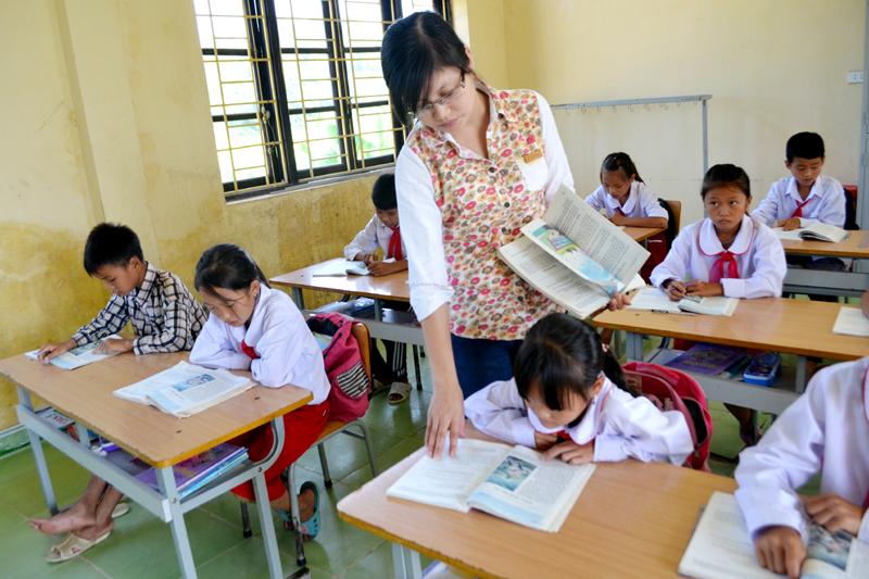 Hình ảnh cô giáo giảng bài cho học sinh
