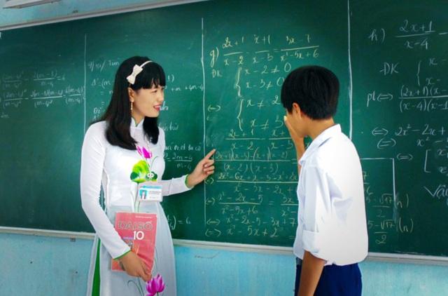 Hình ảnh cô giáo hướng dẫn bài làm
