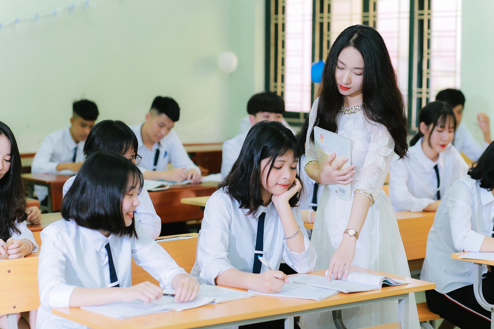 Hình ảnh cô giáo mặc áo dài cách điệu