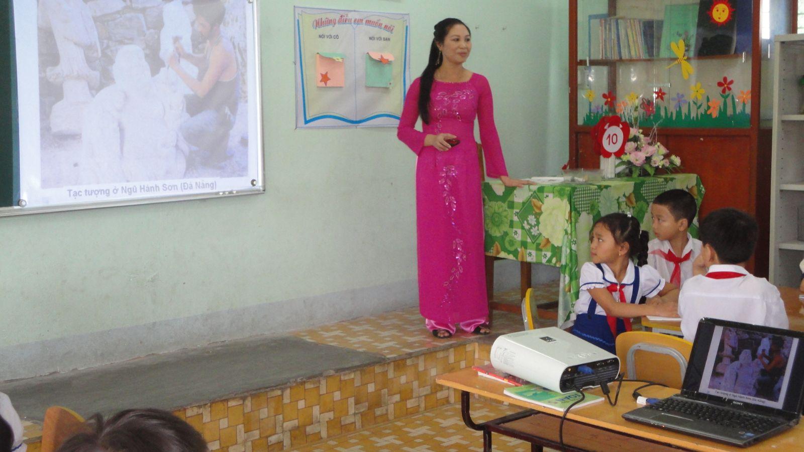 Hình ảnh cô giáo say sưa giảng bài