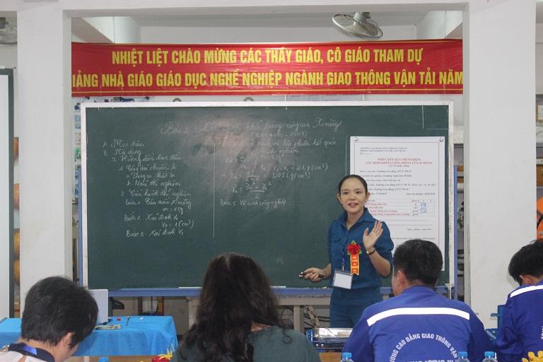 Hình ảnh cô giáo trong giờ bồi dưỡng