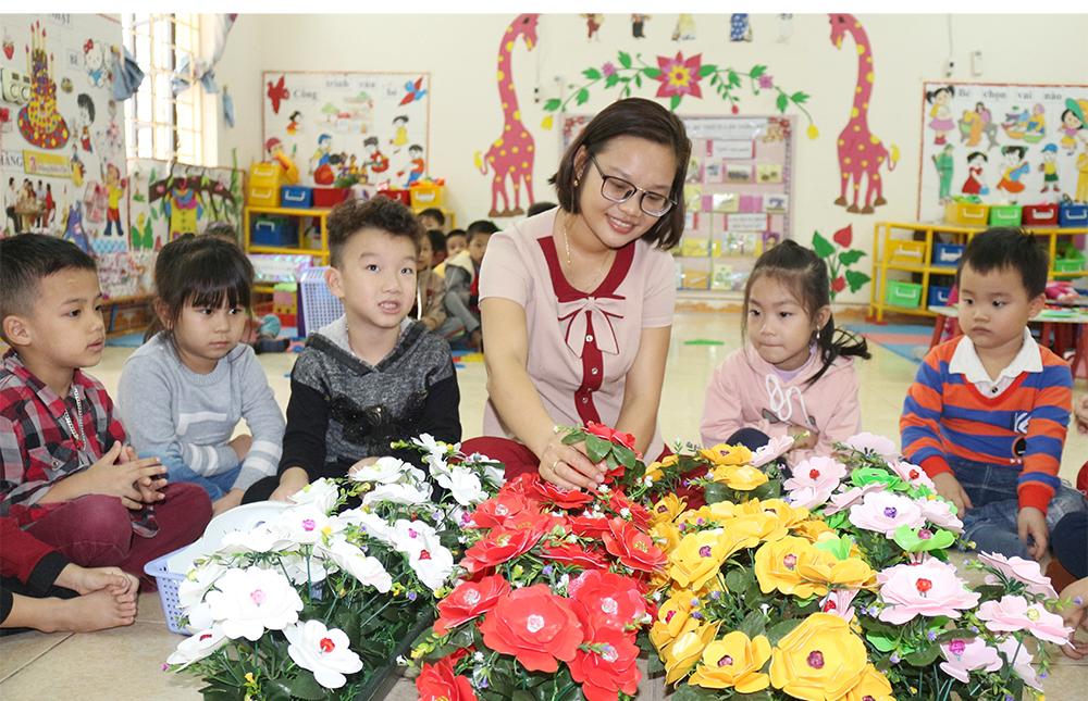 Hình ảnh cô giáo và các bé