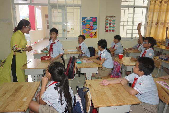 Hình ảnh cô giáo và học sinh