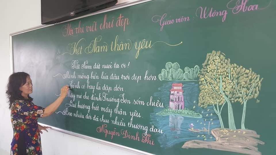Hình ảnh cô giáo viết chữ đẹp