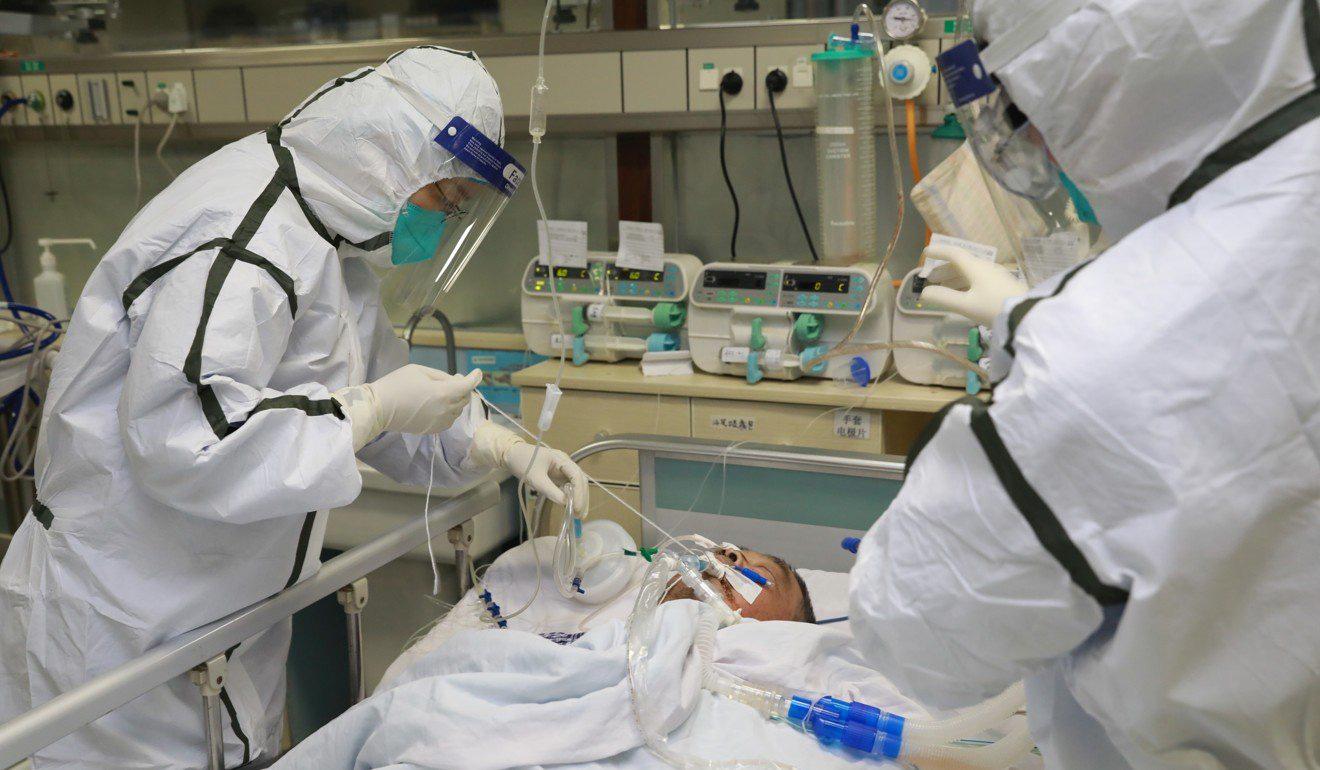 Bệnh nhân Corona bị bệnh nặng được bác sĩ chăm sóc