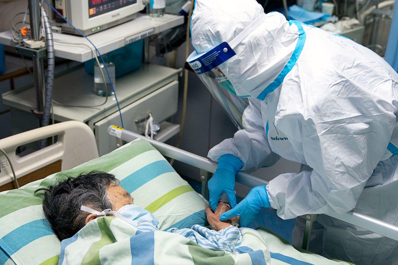 Hình ảnh bác sĩ chăm sóc cho bệnh nhân cao tuổi