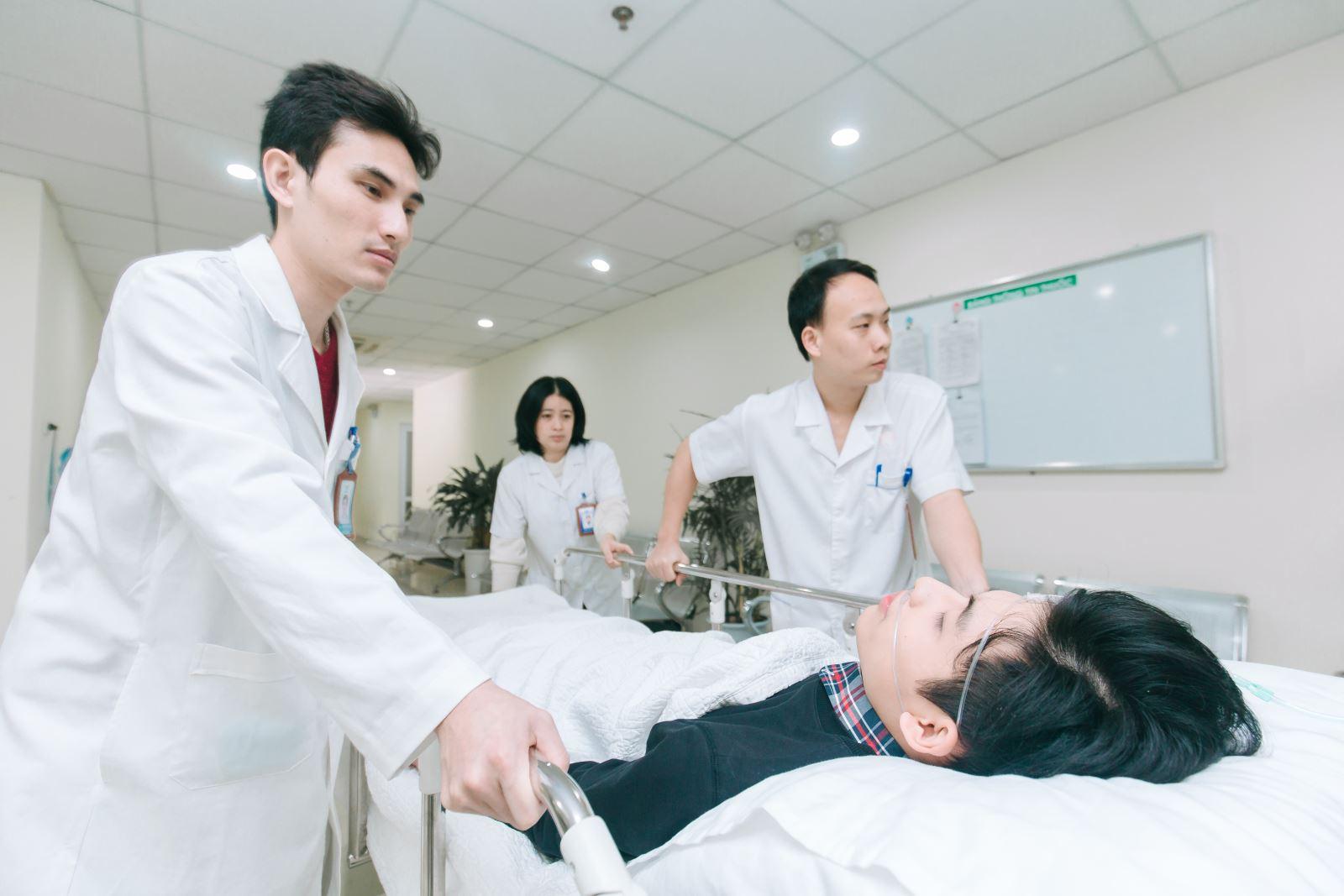Hình ảnh bác sĩ đẩy xe cấp cứu cứu chữa bệnh nhân