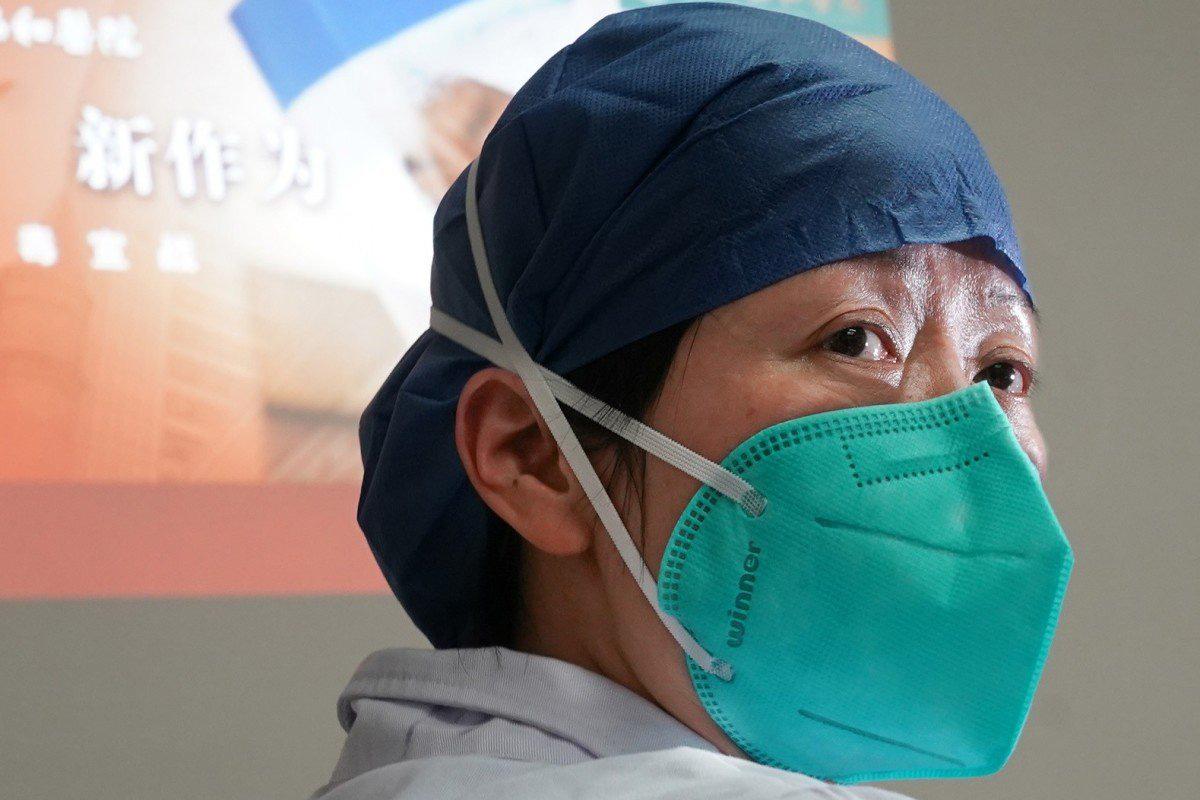 Hình ảnh bác sĩ đội khẩu trang xanh
