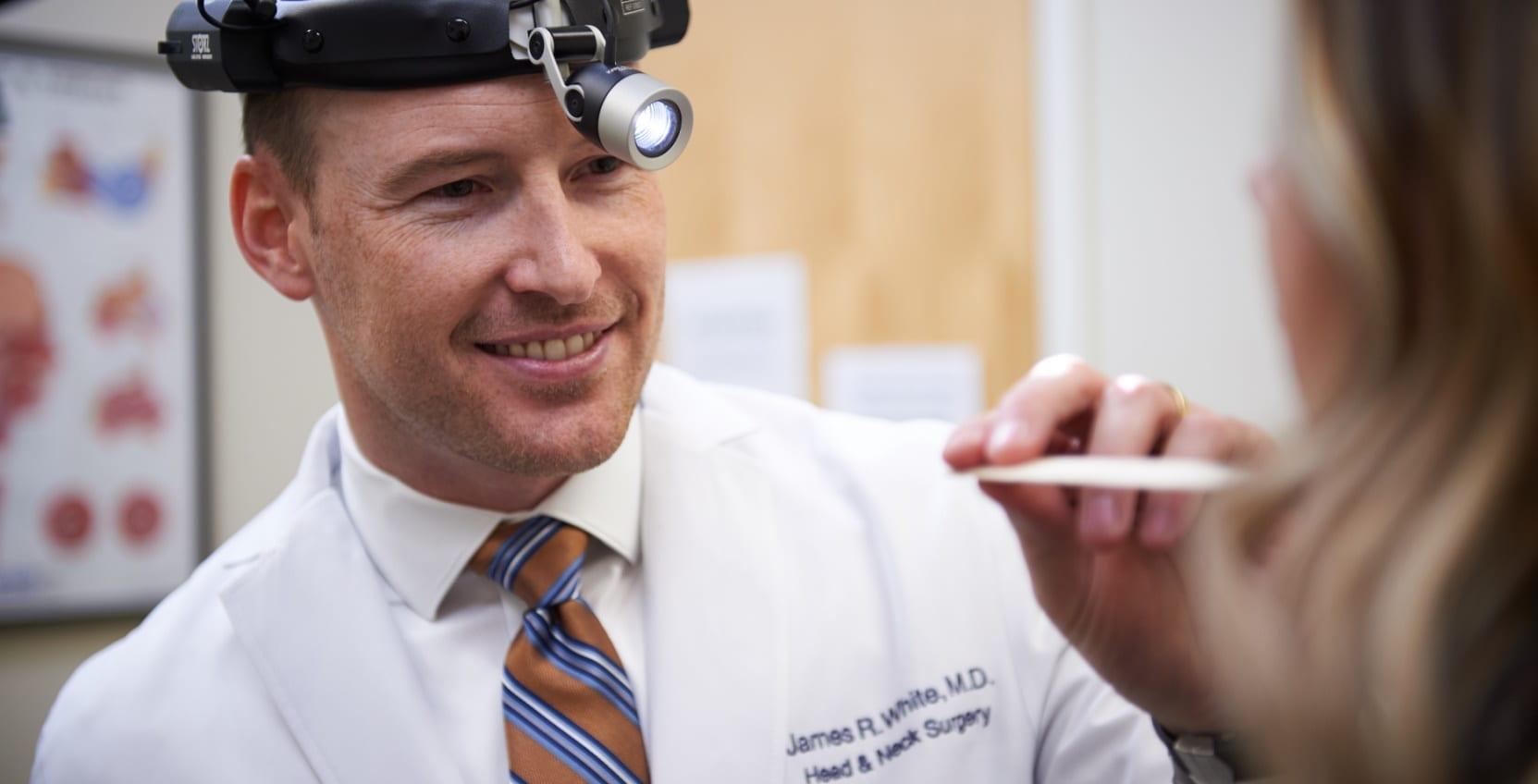 Hình ảnh bác sĩ kiểm tra răng miệng