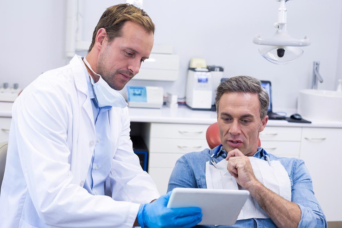 Hình ảnh bác sĩ nha khoa đang nói chuyện với bệnh nhân
