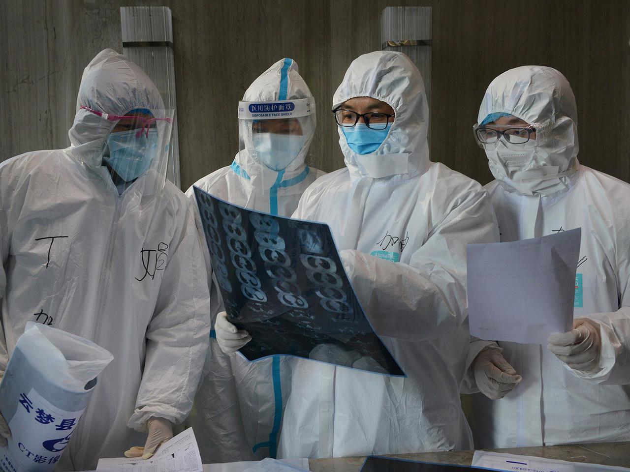 Hình ảnh các bác sĩ bàn luận về bệnh tình