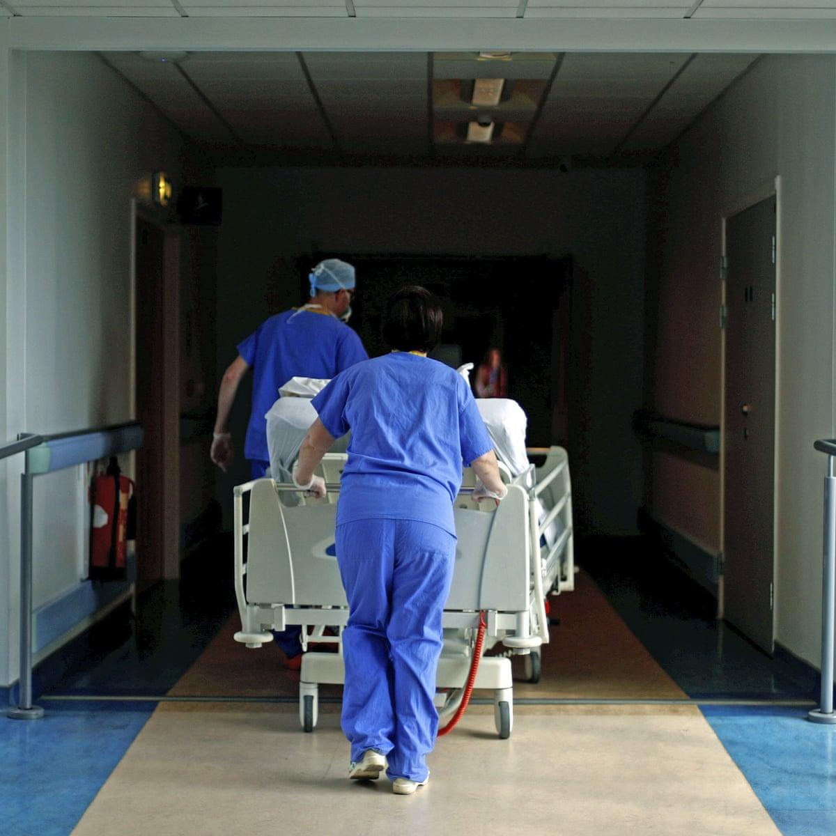 Hình ảnh các bác sĩ đẩy bệnh nhân tới phòng phẫu thuật