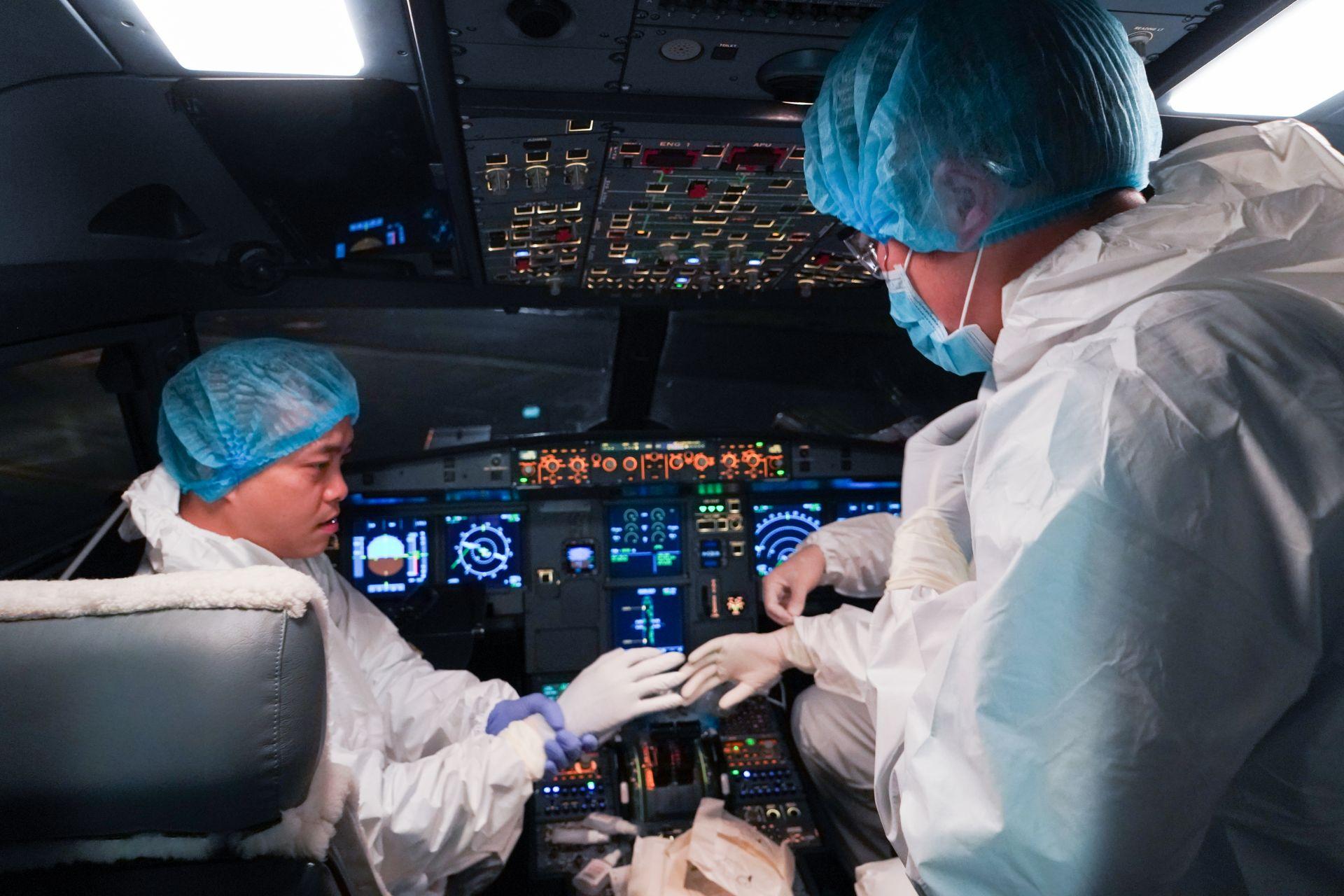 Hình ảnh các bác sĩ trong chuyến bay chở bệnh nhân từ đại dịch Corona về Tổ quốc