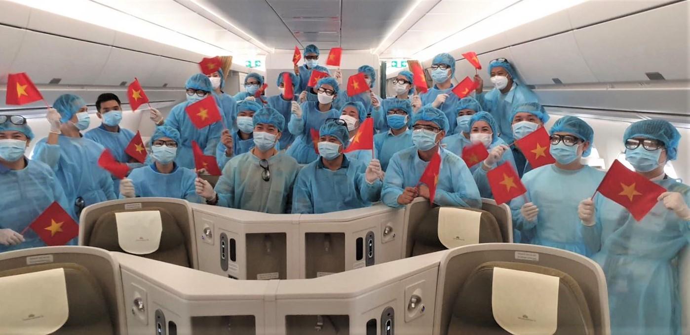 Hình ảnh dàn bác sĩ trên chuyến bay tình nghĩa