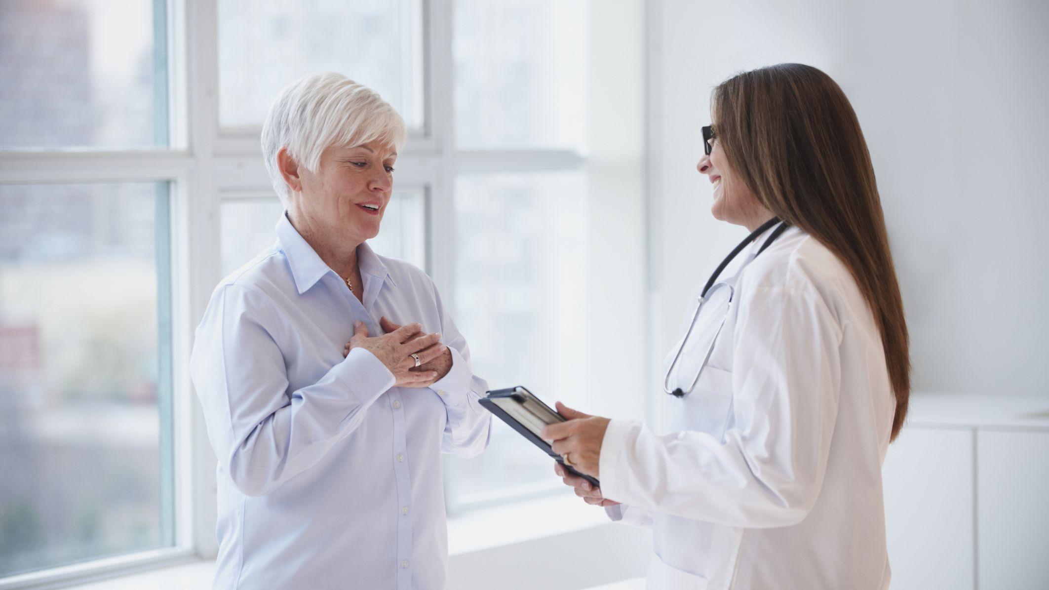 HÌnh ảnh nữ bác sĩ áo trắng đang trò chuyện với bệnh nhân về bệnh tình của họ