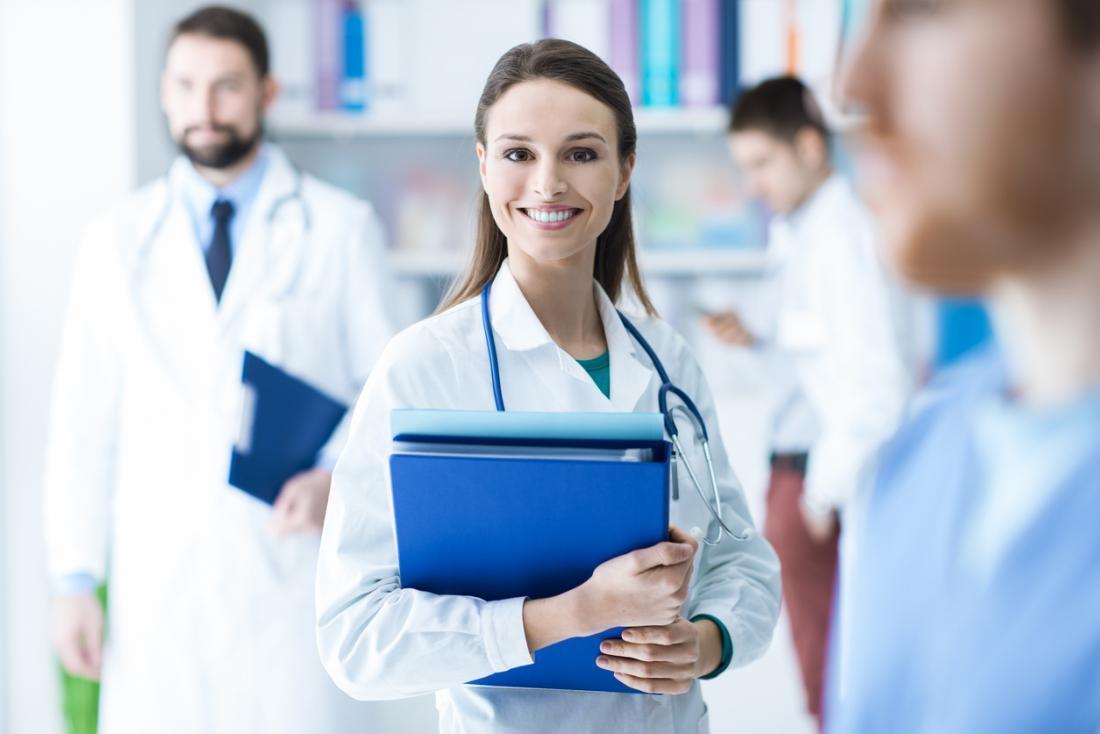 Hình ảnh nữ bác sĩ trong áo trắng cười rất đẹp