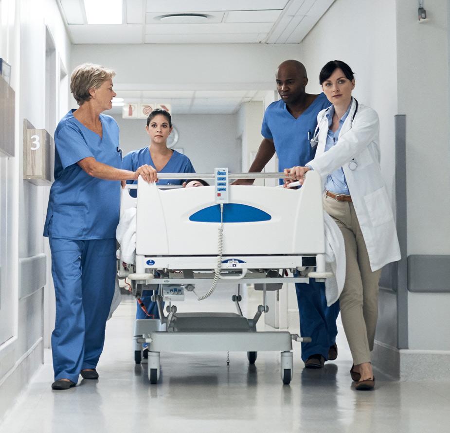 Những bác sĩ cùng đưa bệnh nhân tới phòng bệnh