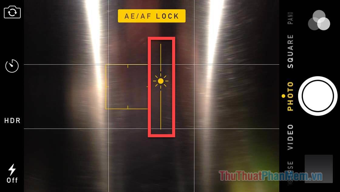 Bạn nhấn giữ vào đối tượng để lấy nét, sau đó kéo lênxuống và điều chỉnh độ phơi sáng